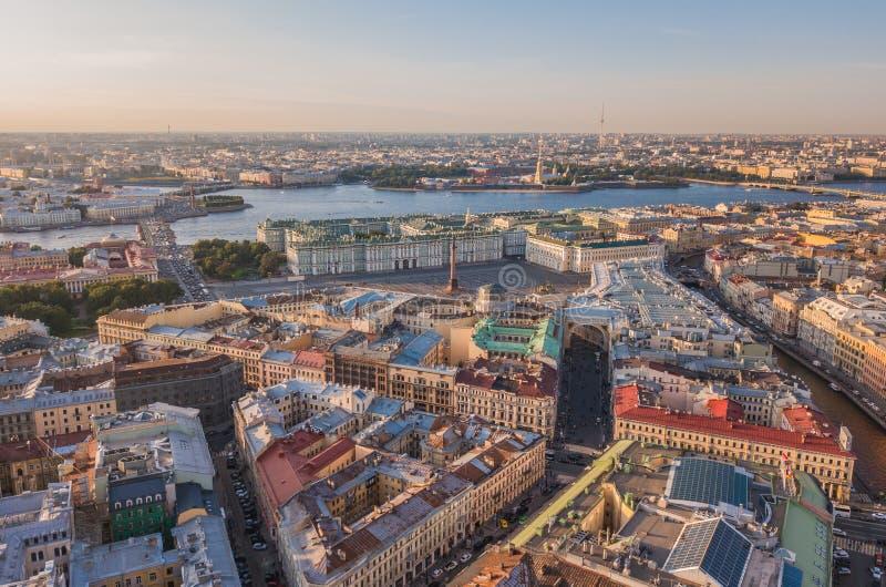 Volando sopra il centro di St Petersburg immagine stock