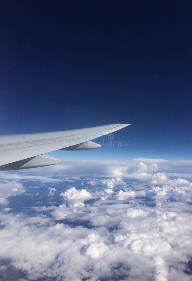 Volando sopra le nubi fotografia stock