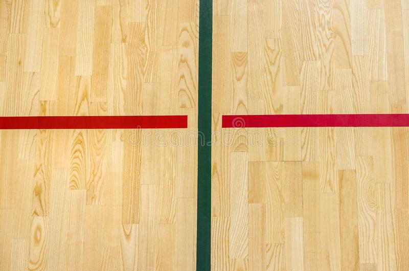 Volano di legno del pavimento, futsal, pallamano, pallavolo, calcio, corte di calcio Pavimento di legno della palestra con le lin fotografia stock