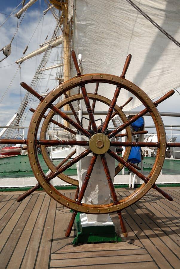 Volant d'un bateau de navigation photos libres de droits