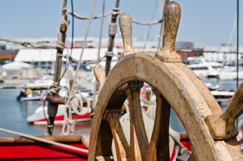Volant d'un vieux navire de navigation image libre de droits