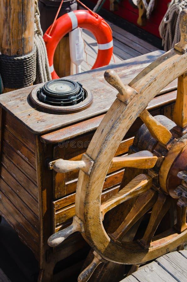 Volant d'un vieux navire de navigation photo libre de droits