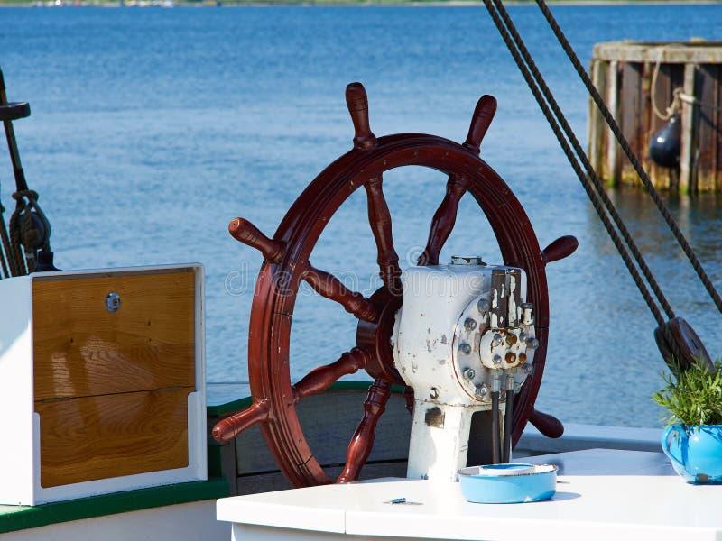 Volant de bateau sur un bateau à voile image stock