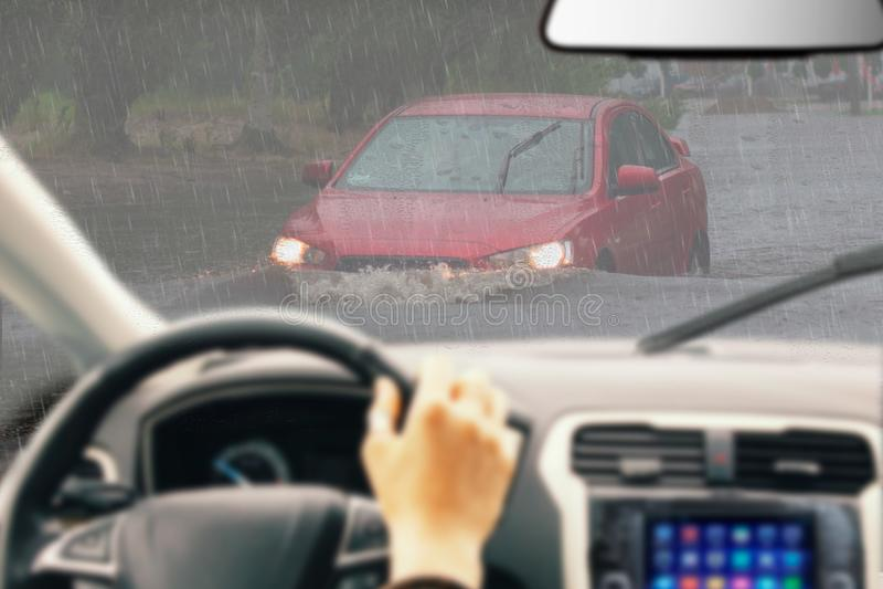 Volant de participation d'homme, conduisant une voiture sous la pluie, entraînement soigneux dans le jour pluvieux, commande de m photographie stock