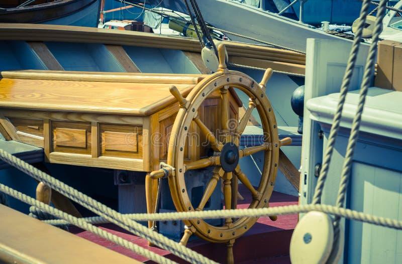 Volant du bateau Un lieu de travail du capitaine photos stock