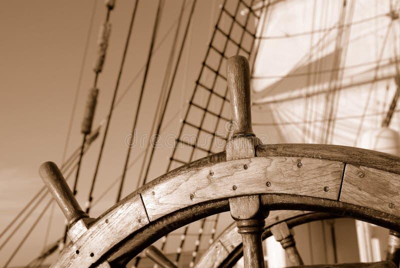 Volant en bois d'un bateau de navigation images libres de droits