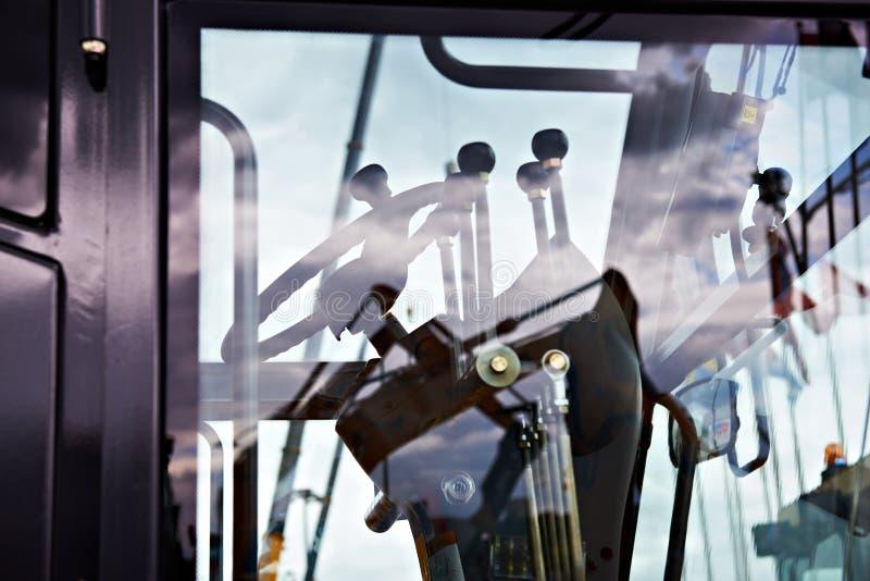Volant et leviers dans l'habitacle de la niveleuse de moteur image stock