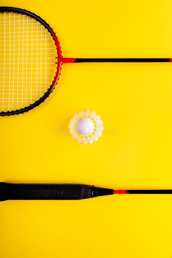 Volant et raquette, badminton sur le fond jaune Concept de divertissement d'été Bruit Art Minimalism images stock