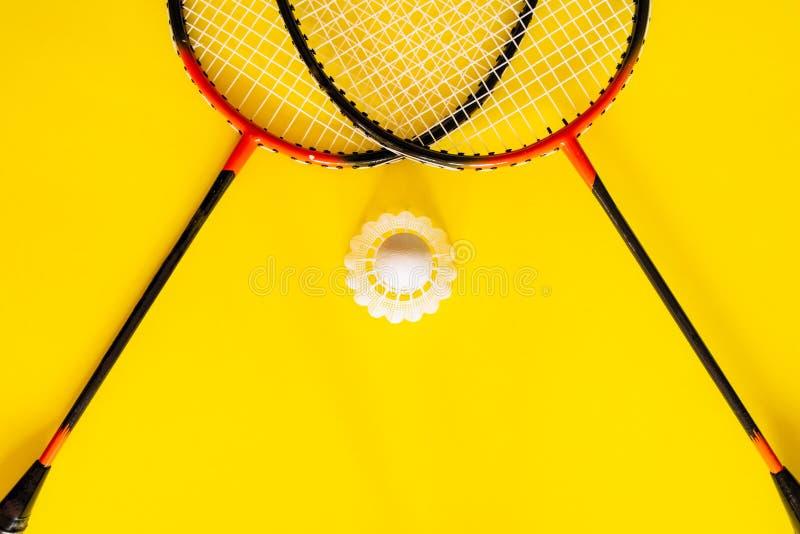 Volant et raquette, badminton sur le fond jaune Excitation de concept, résistance, concurrence Art de bruit photographie stock libre de droits