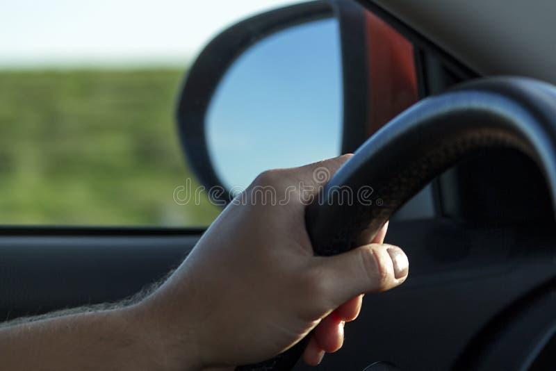 Volant et une main de conducteurs Conduire une voiture avec seulement une main photo libre de droits