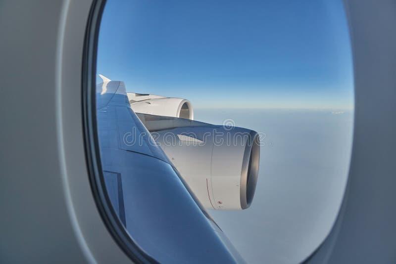 Volant sur un avion, moteurs à réaction photographie stock libre de droits