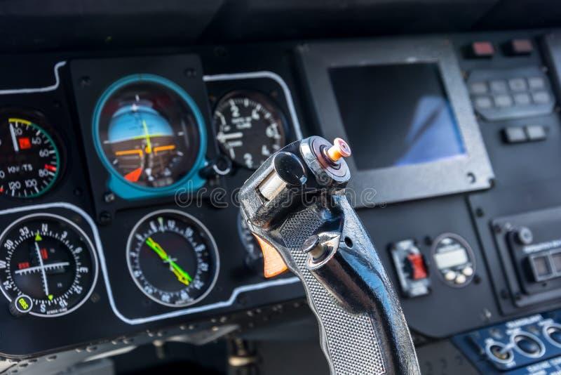 Volante de la opinión de la carlinga del aeroplano, avión, cabina de control experimental del ` s, tableros de instrumentos imagen de archivo libre de regalías