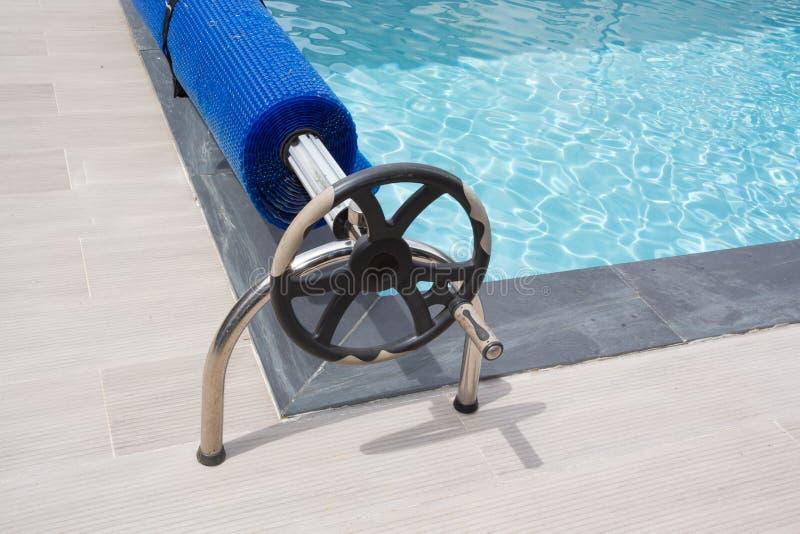 Volante del detalle de la burbuja de la piscina que nada de la devanadera azul de la cubierta imágenes de archivo libres de regalías