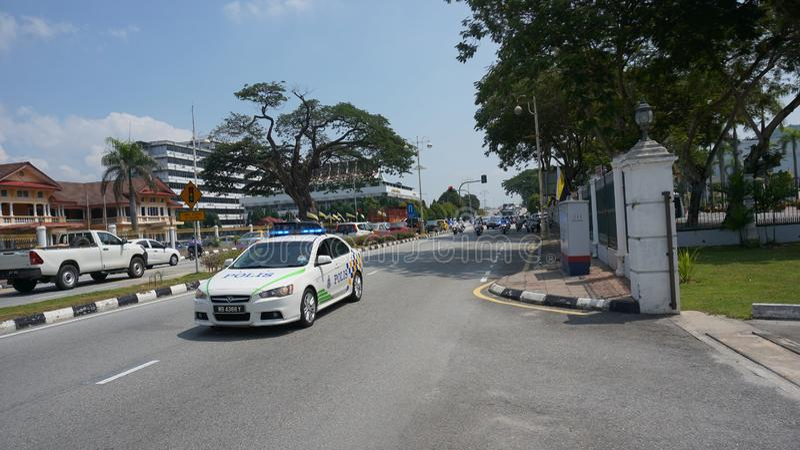 Volante della polizia che conduce davanti alla truppa della scorta per Sultan Perak fotografia stock