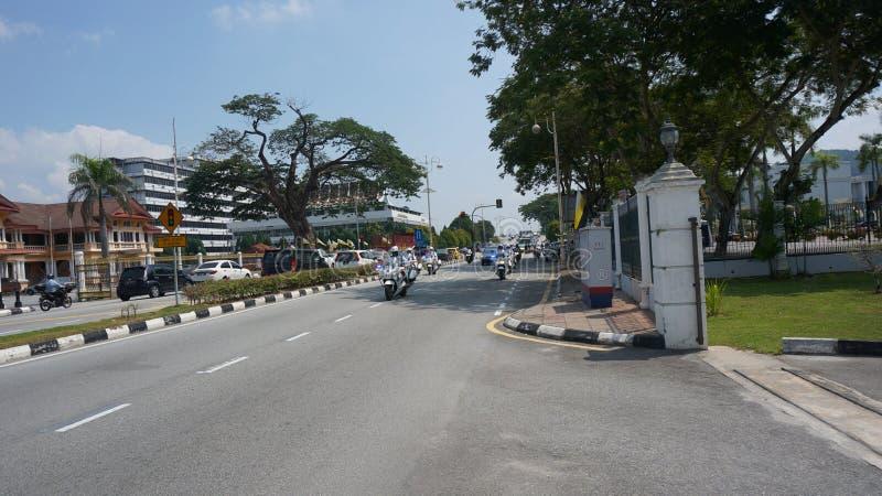 Volante della polizia che conduce davanti alla truppa della scorta per Sultan Perak immagine stock