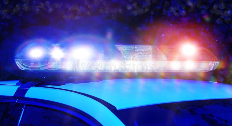 Volante della polizia con il fuoco sulle luci della sirena alla notte Belle luci della sirena attivate nell'attività completa di  fotografie stock libere da diritti
