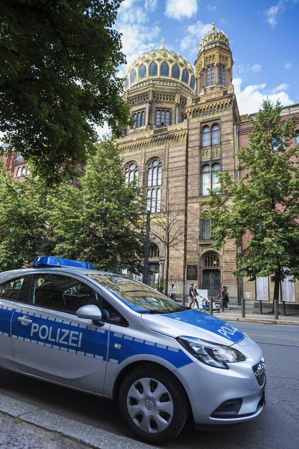Volante della polizia tedesco davanti alla vecchia sinagoga Germania di Berlino immagine stock libera da diritti
