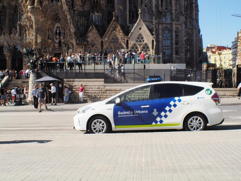 Volante della polizia urbano alla cattedrale di Barcellona Gaudi fotografia stock libera da diritti