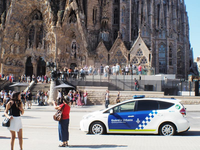 Volante della polizia urbano alla cattedrale di Barcellona Gaudi immagini stock libere da diritti