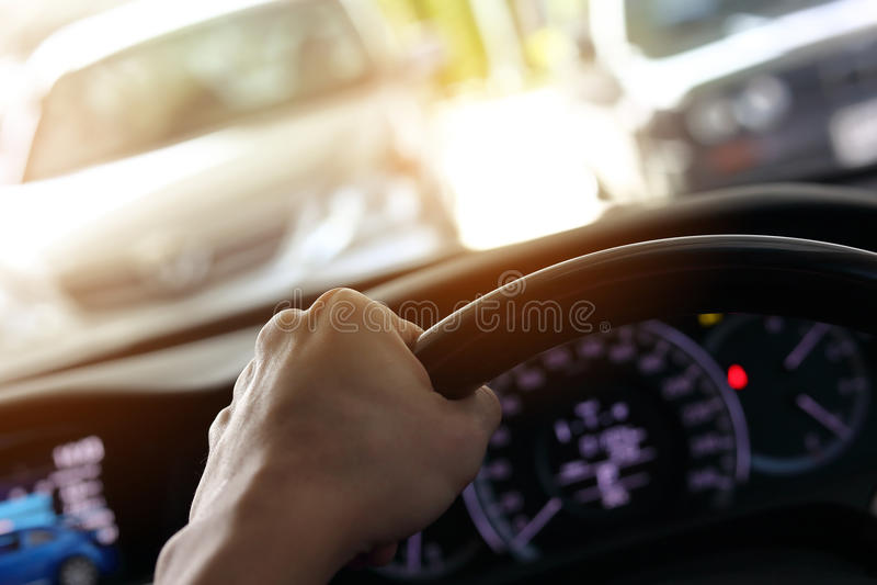 Volante di controllo dell'autista di mano che conduce automobile immagine stock