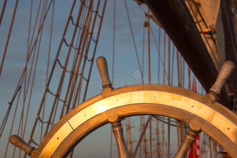 Volante di legno su una nave fotografia stock