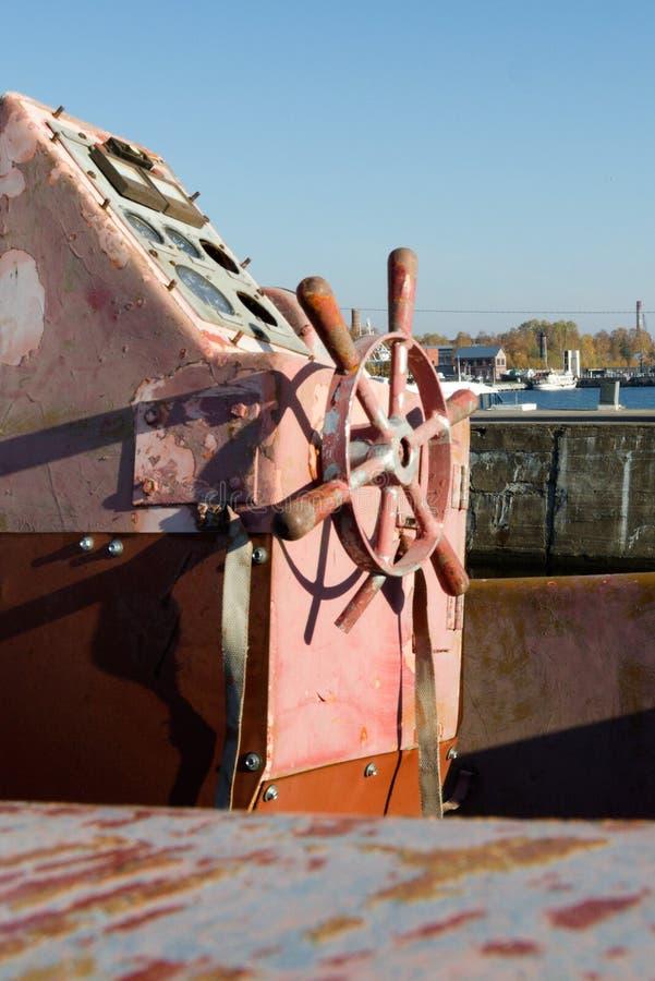 Volante e barco velho dos dispositivos da navegação do vintage imagem de stock