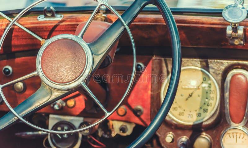 Volante e painel de um fim retro velho do carro acima imagens de stock