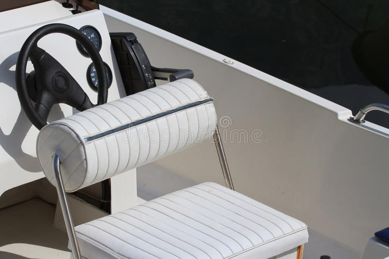 Volante y tablero de instrumentos del yate Coloque al capitán del asiento imágenes de archivo libres de regalías