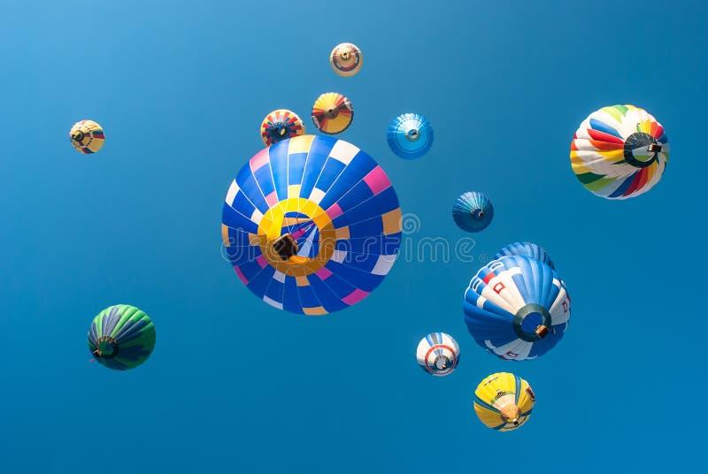 Volata variopinta degli aerostati fotografia stock libera da diritti