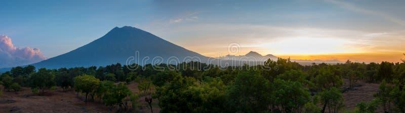 Volcán activo del soporte Agung o de Gunung Agung en el panorama de Bali foto de archivo libre de regalías