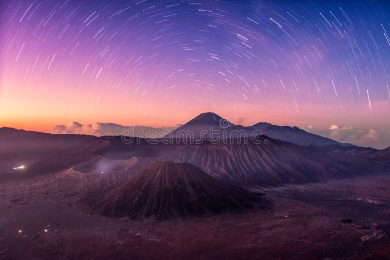 Volcán activo del soporte, Batok, Bromo, Semeru con estrellado en el amanecer foto de archivo libre de regalías