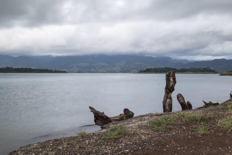 Volcán Costa Rica de Arenal del lago fotos de archivo libres de regalías
