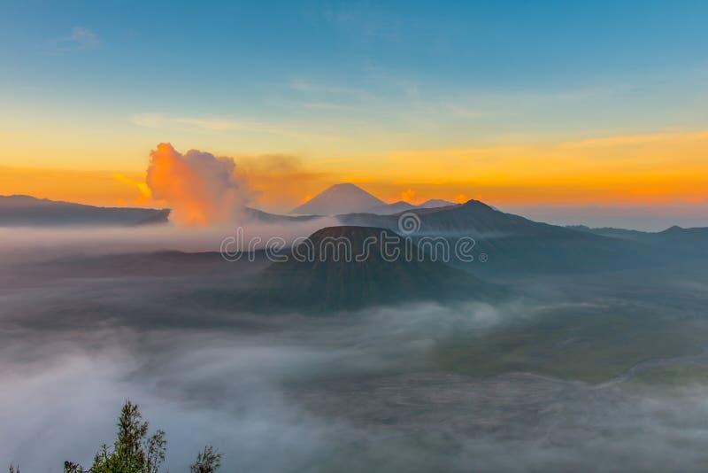 Volcán de Bromo del soporte y x28; Gunung Bromo& x29; durante salida del sol del punto de vista imágenes de archivo libres de regalías