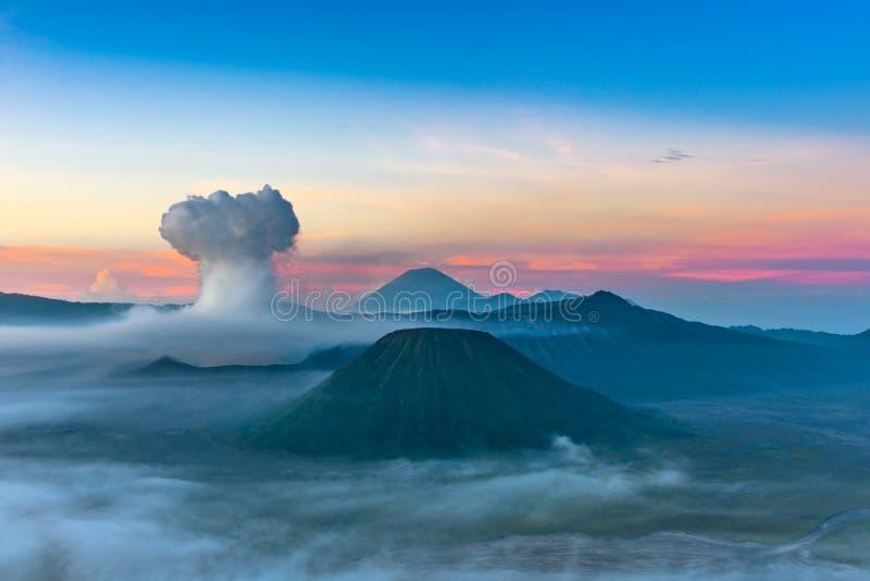 Volcán de Bromo del soporte y x28; Gunung Bromo& x29; en Bromo Tengger Semeru Natio fotografía de archivo