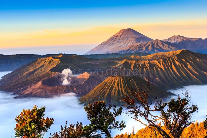Volcán de Bromo en salida del sol imagen de archivo