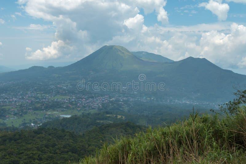 Volcán de Mahawu, Sulawesi del norte, Indonesia, vista desde arriba de un volcán próximo fotos de archivo libres de regalías