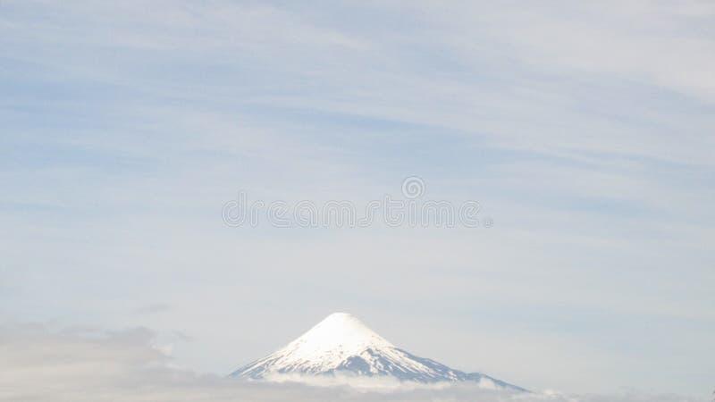 Volcán de Osorno sobre las nubes fotografía de archivo