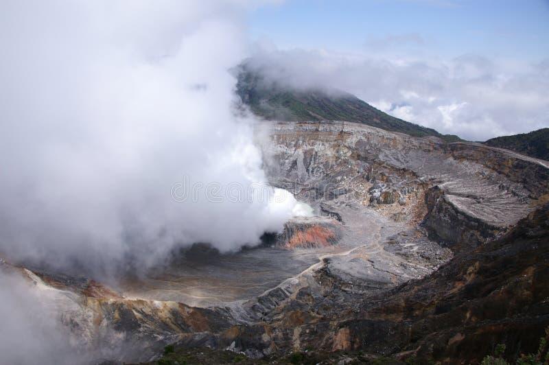 Volcán de Poas que fuma fotografía de archivo libre de regalías