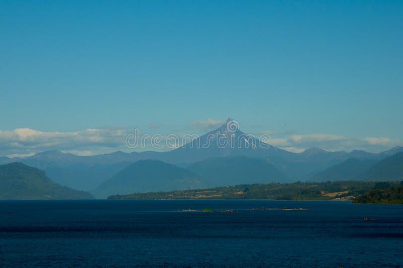 Volcán de Puntiagudo y lago Llanquihue foto de archivo libre de regalías