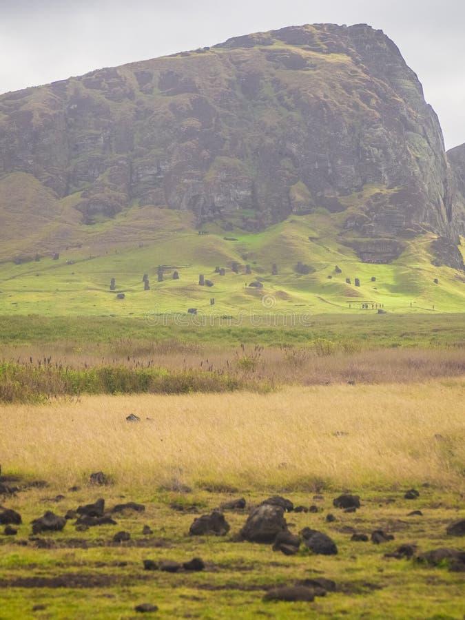 Volcán de Rano Raraku, la mina del moai con muchas estatuas inacabadas Parque nacional de Rapa Nui, isla de pascua, Chile LA UNES imagen de archivo libre de regalías