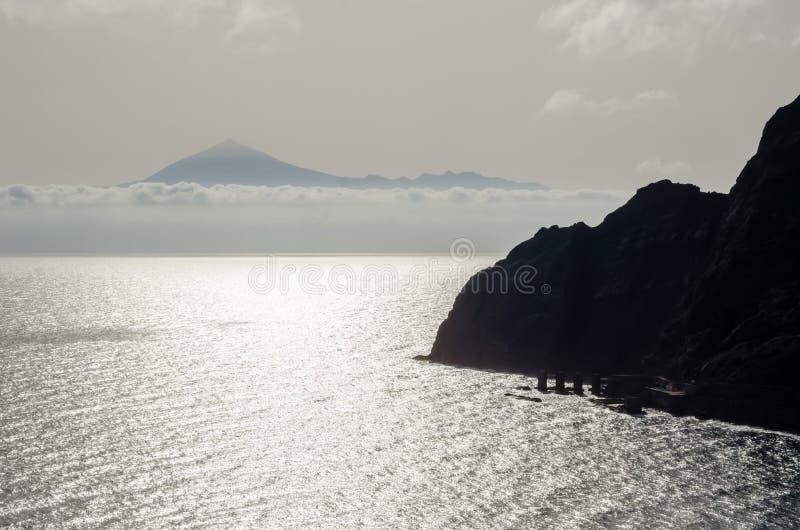 Volcán de Teide en Tenerife visto de la isla de Gomera del La Canario isl imágenes de archivo libres de regalías