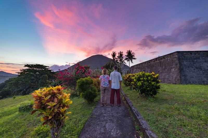 Volcán del Api en la puesta del sol, par que mira la visión desde el fuerte de Banda Naira, Maluku moluqueños Indonesia, destino  fotos de archivo libres de regalías