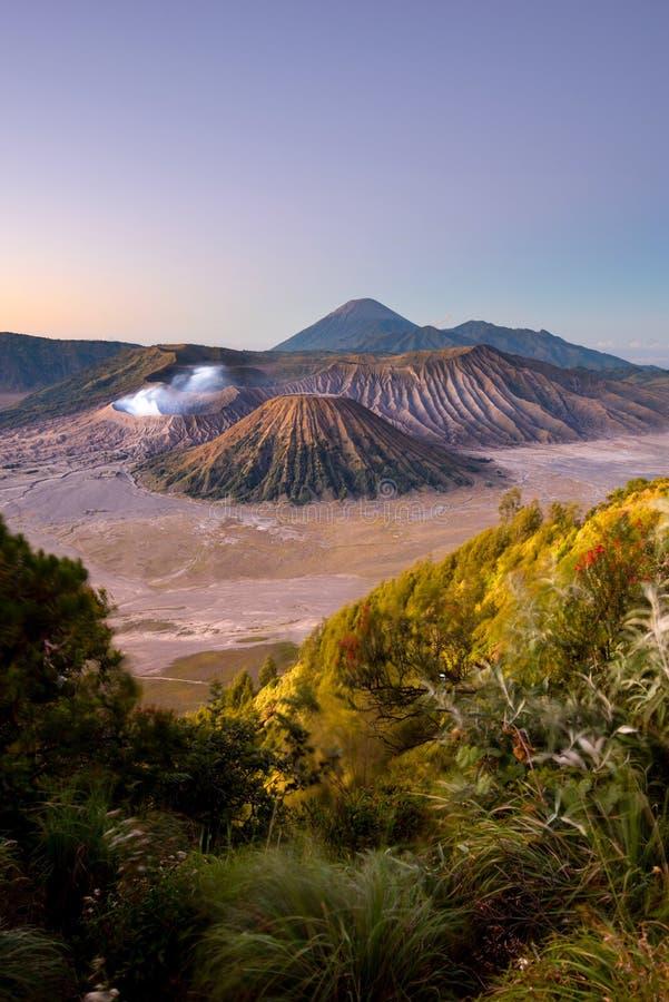 Volcán durante salida del sol - Java, Indonesia de Bromo del soporte foto de archivo