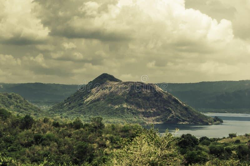 Volcán en el medio del lago imagen de archivo libre de regalías