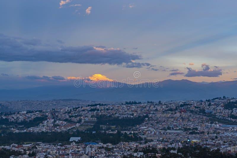 Volcán en la puesta del sol, Quito, Ecuador de Cayambe fotografía de archivo