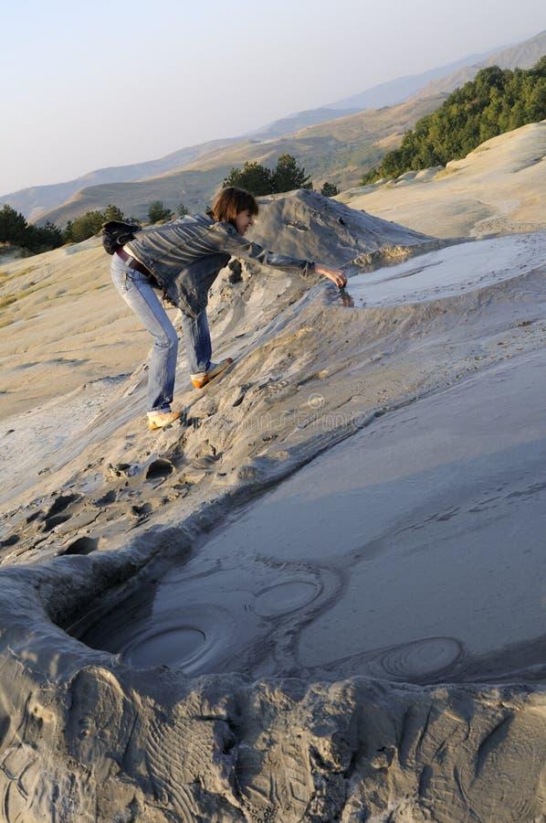 Volcán fangoso conmovedor del turista imágenes de archivo libres de regalías