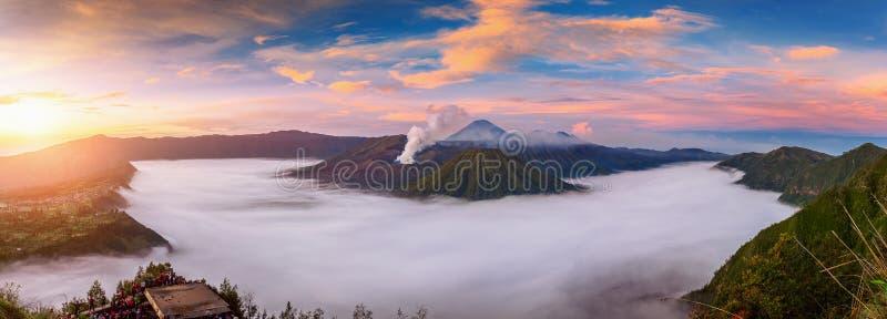 Volcán Gunung Bromo de Ount Bromo durante salida del sol del punto de vista en el soporte Penanjakan en el parque nacional de Bro fotografía de archivo