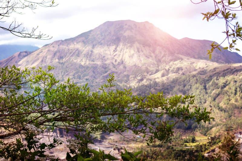 Volcán indonesio activo Batur en la isla tropical de Bali Vista del gran volcán Batur Paisaje hermoso fotos de archivo libres de regalías