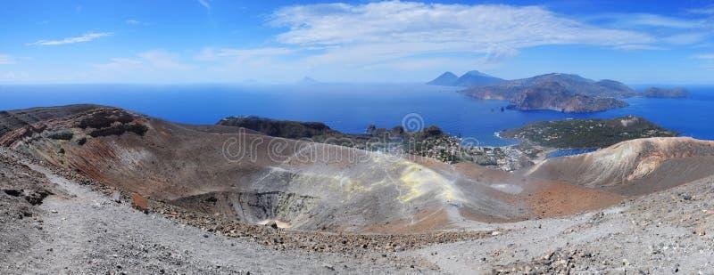 Volcán, islas eólicas (de Lipari) - panorama fotos de archivo libres de regalías