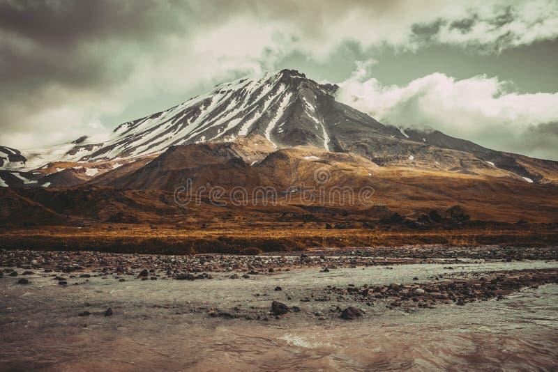 Volcán nevoso hermoso imagen de archivo